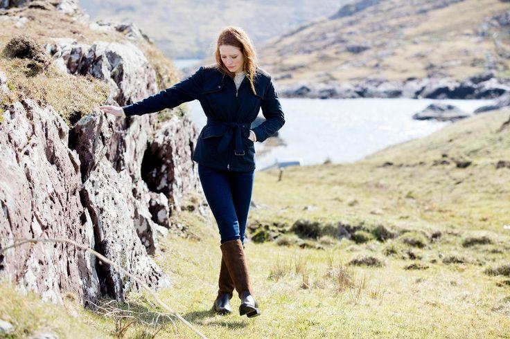 Dubarry damesjas Enright  Stijl en veelzijdig, dat is deze nieuwe korte jas van Dubarry voor het najaar. Fraaie schouder- en elleboogstukken maken deze jas.   De jas is behandeld met een waterafstotende finish. Dankzij de Primaloft® vulling is de jas compact, heerlijk warm en licht van gewicht.  Voorzien van een tweewegrits en een tailleriem met koperen gesp kunt u deze jas flexibel dragen! De jas is te verkrijgen in Navy of bourbon kleur.