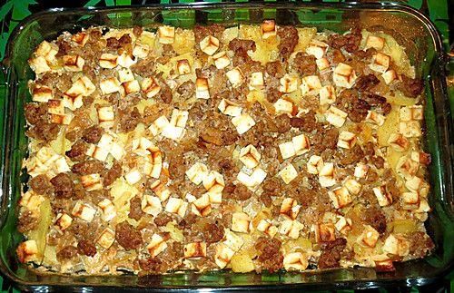 Griechischer Hackauflauf Zutaten 1 m.-große Zwiebel(n) 1 Zehe/n Knoblauch 2 EL Öl 500 g Hackfleisch (am besten vom Lamm, ansonsten gemischt) Salz und Pfeffer 2 TL Paprikapulver, edelsüß ½ TL Thymian, getrocknet ½ TL Oregano, getrocknet 200 ml Weißwein, trocken 500 g Kartoffel(n) 250 g Schafskäse 250 ml Sahne etwas Fett für die Form