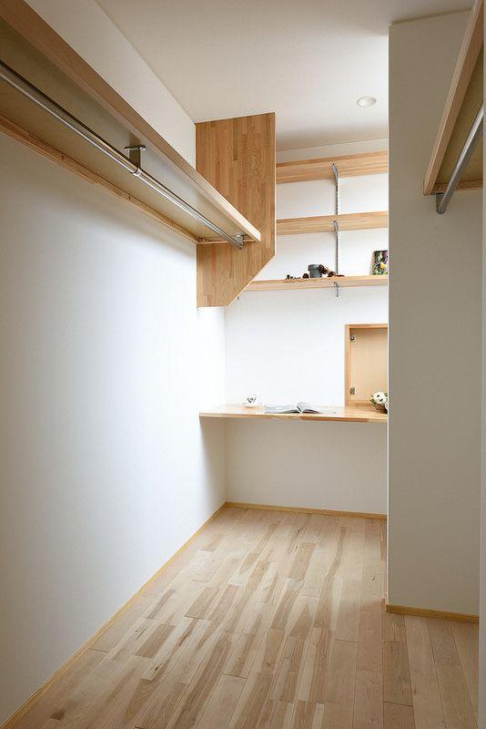 寝室に繋がるウォークインクローゼット。突き当りに小さいながらも書斎を作りました。