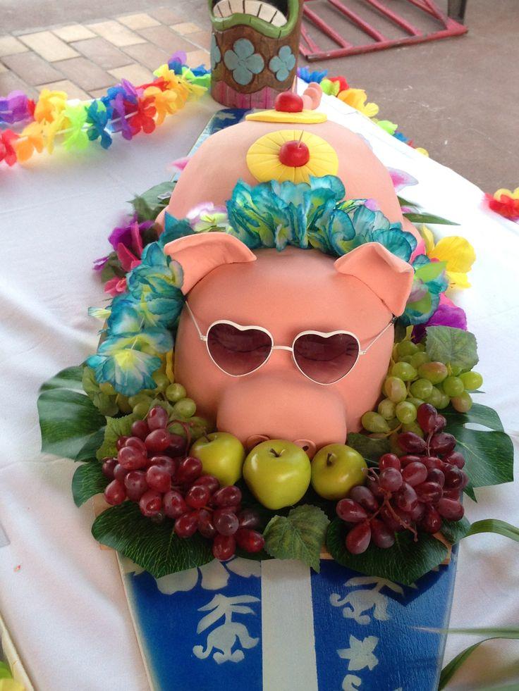 Completa la decoración de tu fiesta temática luau con esta idea. Utiliza fruta y comida para crear una mesa de colores exóticos. #party #hawaiana