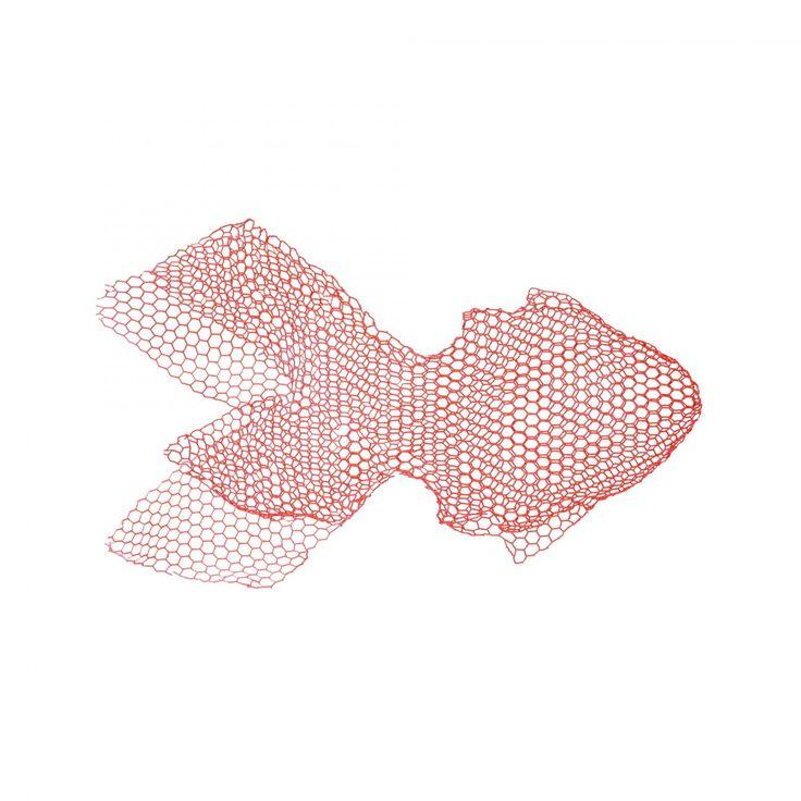 Fish, en mobil tillverkad av metalltråd i tre olika storlekar, konstverk som ska sväva och fylla ut tomrummet mellan tak och golv. Fiskarna är en del av serien med fåglar och moln som Bendetta Mori Ubaldini skapat för Magis Me Too. Tillsammans med de luftburna objekten skapar fiskarna en fantasivärld där de flyter genom luften. Bendettas tanke var att skapa en värld där luft och vatten, drömmar och tankar flätas samman som i ett barns fantasi.    Fiskarna hänger fint för sig själva men gör…