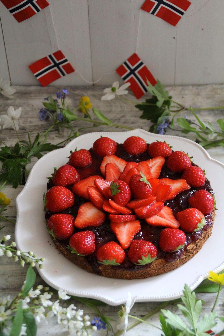 En glutenfri 17.mai kake som er rask å lage og vil imponere. Besøk bloggen Mat på Bordet for flere gode ideer og oppskrifter til 17.mai og andre høytider.
