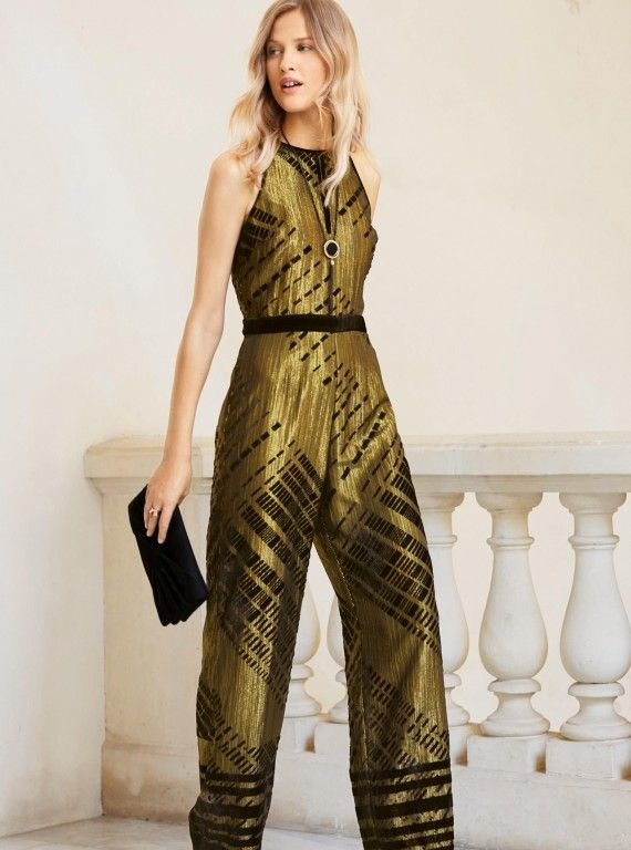 Every girl wants to look stylish and different on Christmas so we have some stylish Christmas party outfit ideas for girls here. Just choose the best one for you on this eve from these Christmas party outfits ideas. Almost everyone wants to have a perfect and stylish outfit for the occasion.