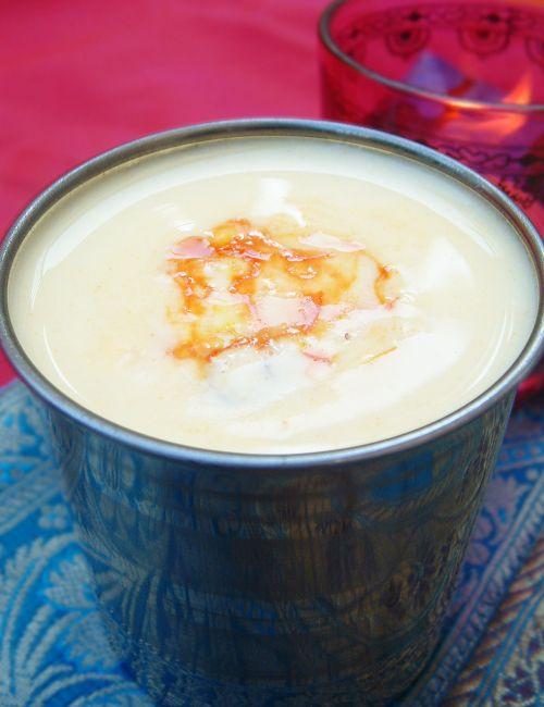 Bonjour et bienvenue dans ma cuisine, aujourd'hui on va faire du Lassi. C'est une boisson indienne à base de yaourt. Pour faire cette recette indienne (2-3 verres de Lassi), il nous faut : 2 yaourts natures...
