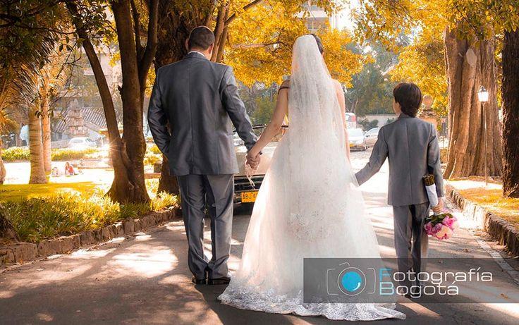 Pareja de novios boda matrimonio en museo parque el chico Bogotá Colombia. fotógrafo James Alberth Tobar