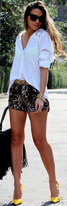 MARAVILHOSO esse shortinho com estampa de leopardo + o scarpin amarelo! incrível!