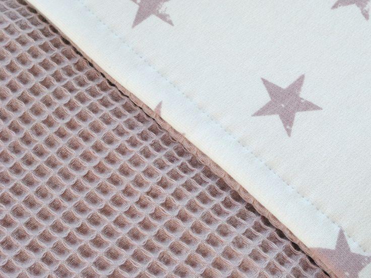 Deze deken heeft aan de ene zijde een oudroze wafelstructuur en aan de andere zijde een zachte off white joggingsstof ;met oudroze sterren en is dus aan beide zijden te gebruiken. ;Er kan bij deze uitvoering niet voor een andere kleur  ;wafelstof gekozen worden.De ;wafelstof is 100% katoen en de joggingstof is 80% ;katoen ;en 20% polyester.De ledikantdekens hebben een meerpijs van ;€ ;20,-alle dekens worden met de hand gemaakt, waardoor je rekening moet houden met een ;Levertijd van ma...