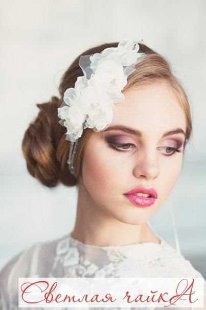 Украшение для прически невесты: повязка с тканевым цветком. Кружевная лента будет отличной альтернативой фате. Она может стать ярким аксессуаром для эко-свадьбы или ретро тематики 30-х годов, классической свадьбы или в стиле бохо. Лучшие варианты вам подскажет опытный стилист. _________________________________________   Звоните нам! ☎ 8.800.234.80.34 * звонок бесплатный  Наш сайт: WWW.SVE-CHA.RU  Наш адрес: ❤м. БЕЛЯЕВО, Москва, ул. Профсоюзная, д. 102, стр.1, ТЦ Ареал, 3 этаж…