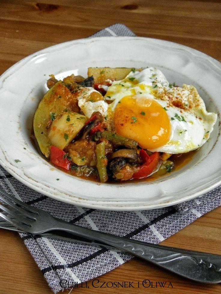 Duszone warzywa po hiszpańsku z jajkiem sadzonym | Chilli, Czosnek i Oliwa | blog kulinarny