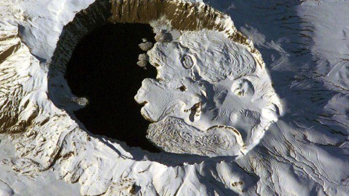Nemrut (Turcia) 26 de poze incredibile cu lacurile de crater - galerie foto. Vezi mai multe poze pe www.ghiduri-turistice.info Sursa : http://en.wikipedia.org/wiki/File:Nemrut_Vulcano.jpg