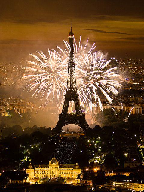 Feu d'artifice du 14 juillet 2011 sur le sites de la Tour Eiffel et du Trocadéro à Paris vu de la Tour Montparnasse - Fireworks on Eiffel Tower by y.caradec, via Flickr
