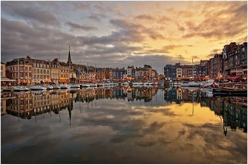 Honfleur, superbe ville de Normandie ... pour les amoureux et les amateurs de belles maisons Normandes ... découvrez les ruelles autour du vieux port et au pied du pont de Normandie !! Bises à tous !! Valérie 33(0)231 322 480 ou www.martinaa.fr
