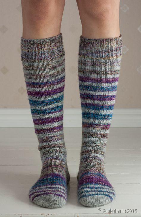 Tiedetäään, tiedetään, nimi on vähän outo. Mutta selitys on tässä: nämä sukat alkoivat syntyä kun ihana kevätsää jälleen kerran vaihtui monen päivän lumipyryksi ja sitten kamalaksi, kylmäksi kurakeliksi. Ihan varkain kävin penkomassa lankakoria ja niin ikään ohimennen otin sukkapuikot käteen, ja kas, taas pukkasi sukkia. Pukkasi vaikka