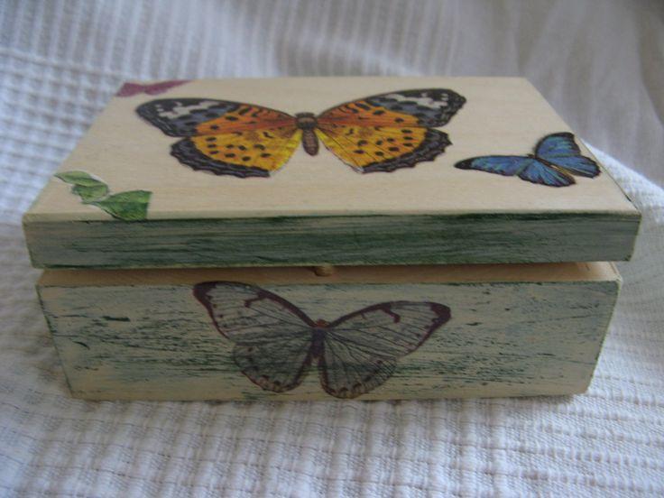 Drewniane pudełko o wymiarach 13x9x5cm, zdobione i postarzane ręcznie techniką decoupage i farbami akrylowymi, wielokrotnie lakierowane na głęboki półmat.