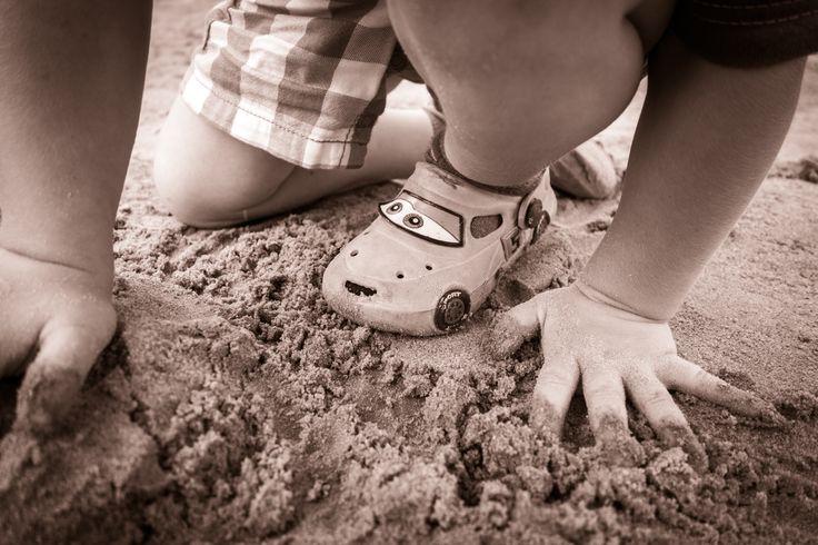 Piasek - najlepszy przyjaciel każdego dziecka :) więcej naszych zdjęćna http://www.snaphub.pl