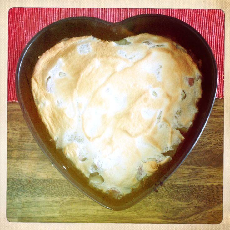 Vollwertiger Rhabarbarkuchen mit Honigbaiser | Tolles Rezept vom vollwert-blog: http://vollwert-blog.de/rhabarberkuchen-honigbaiser/