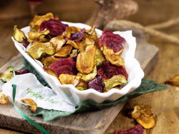 Selbstgemachte Gemüsechips aus dem Ofen | eatsmarter.de