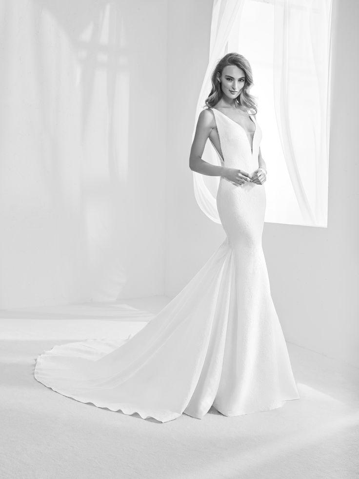 Racimo: Wedding dress with plunging V-neckline and back - Pronovias | Pronovias