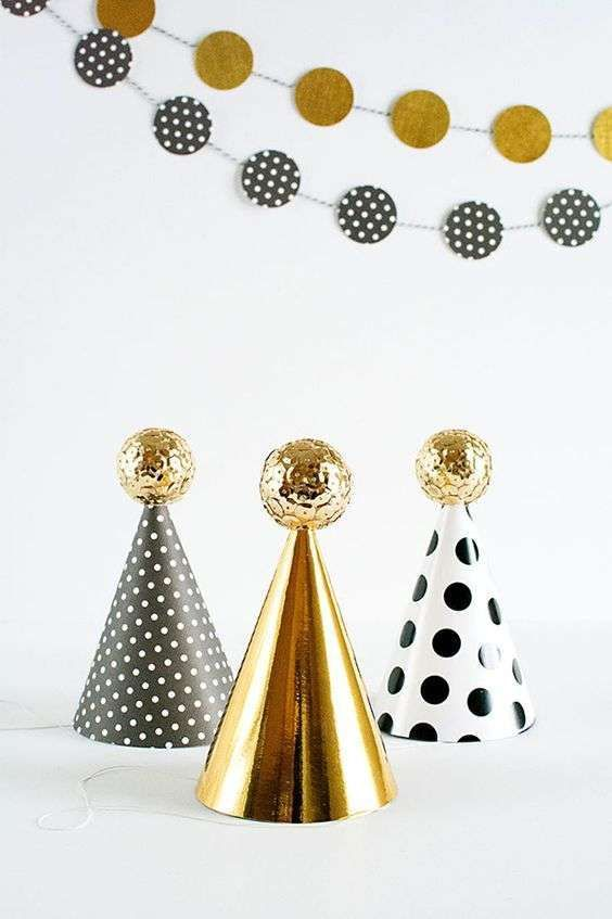 Addobbi fai da te di Capodanno - Cappellini di carta 2c1b953a4fea