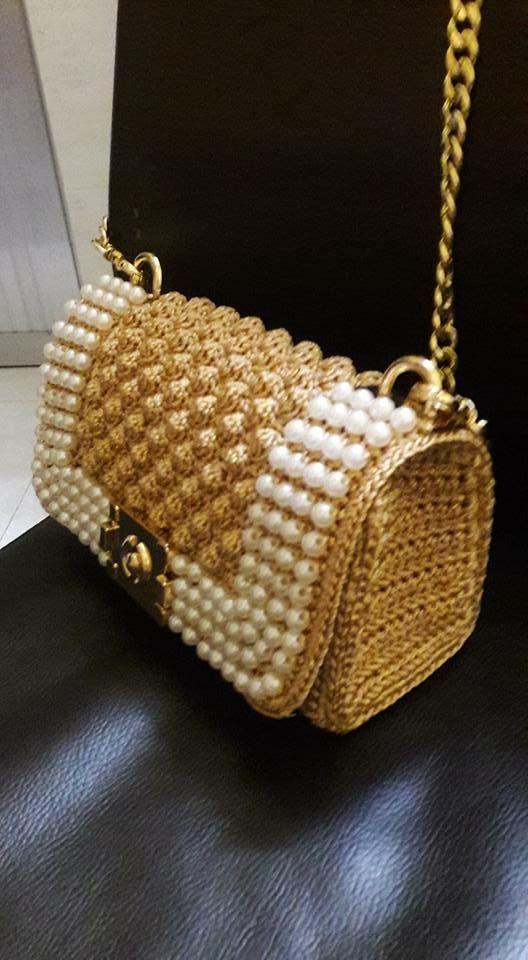 Elegante bolso con perlas elaborado en color dorado a ganchillo