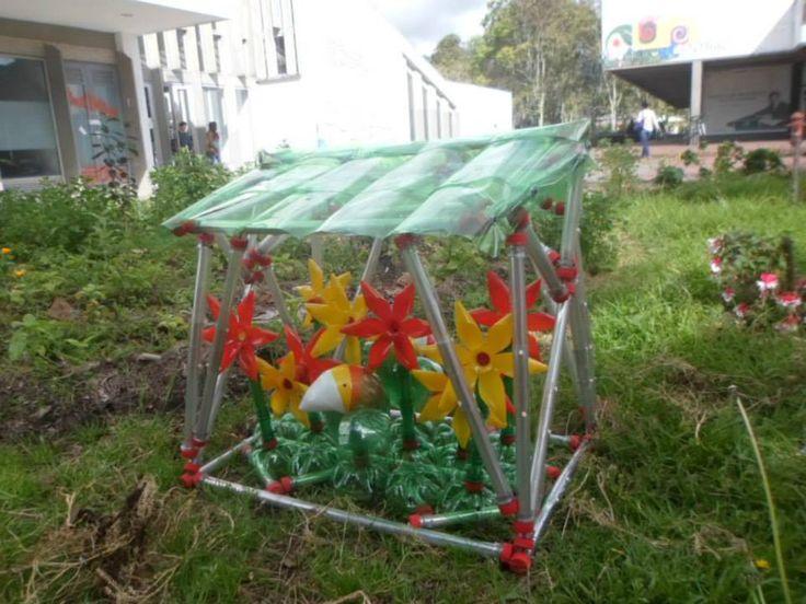 Casa flores. Esta pequeña estructura de botellas alberga una pequeña muestra de cosas que se hacen con las botellas como lo son los Loros PET y las Flores. Se exhibió junto a la torre antiprismática en el jardín central de la Universidad Nacional hasta que la destruyeron.