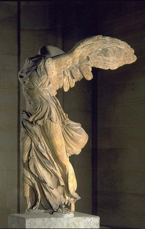 Representa a Niké diosa de la victoria, y lo que más me gusta y destacaria de la escultura, aparte de la posición, la tela del vestido que expresa el movimineto del viento.
