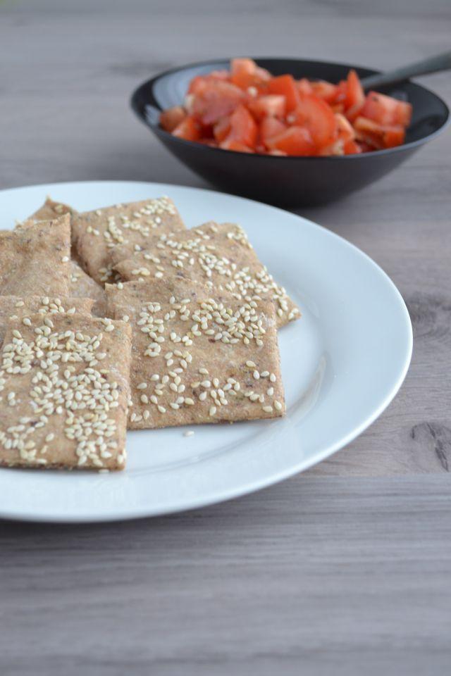 Volkoren speltcrackers maak je in een handomdraai. Eigenlijk volstaan twee simpele ingrediënten, volkoren speltmeel en water. Maar met kruiden en zaden...