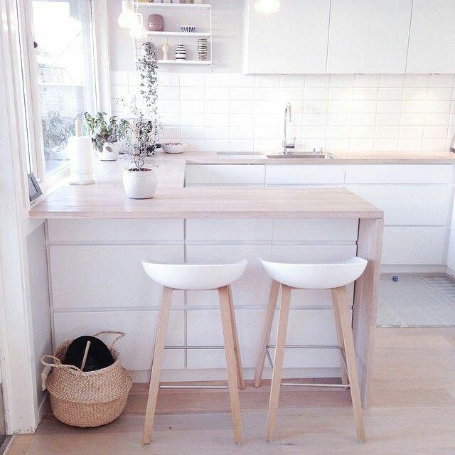 Kleine keuken. Mooie combinatie van wit en licht hout.