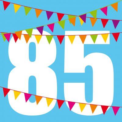 Knallige Einladung Zum Geburtstag In Blau Mit Zahl 85 Und Bunten Fähnchen.