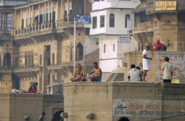 Si vous en avez assez des réincarnations, c'est à Varanasi, sur les rives du Gange, qu'il faut venir pousser votre dernier soupir. Ou du moins, vous faire incinérer. Dans cette ville sacrée de l'hindouisme, plongée dans la spiritualité jusqu'au cou, les harceleurs de touristes ne manquent toutefois pas de vous ramener constamment les deux pieds sur terre.
