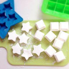 Heb je ooit zelf zeep gemaakt? Wij nog niet. Maar toen we dit recept voor zelf zeep maken tegenkwamen, waren we direct om. Zelf zeep maken is leuk!