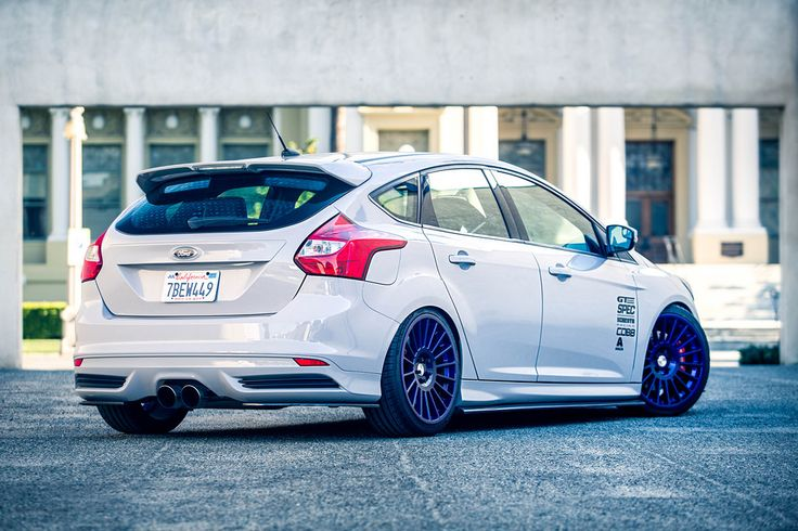 White, low Ford Focus ST 3 racing with big, purple rims