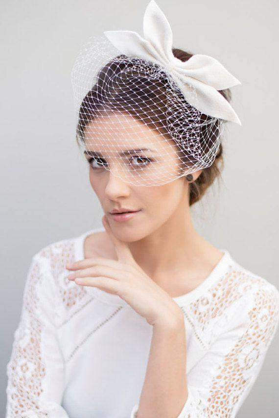 Lotta est quun voile magnifique cage à oiseaux avec un velours luxueux ressenti bow. Ce bijou de cheveux mariage est fait de voile russe blanc.