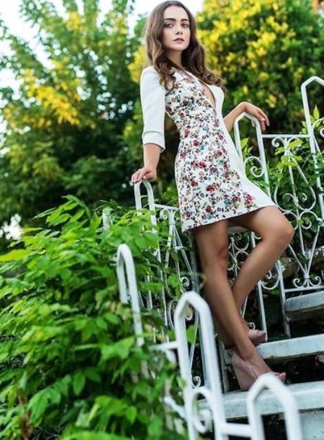 Güllerin Savaşı kıyafetleri Damla Sönmez Gülru bir tarafı çiçekli uzun kollu beyaz elbise ve pudra ayakkabı