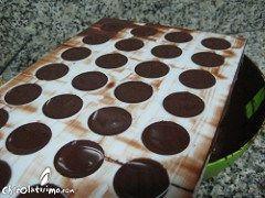 Como hacer bombones de chocolate con moldes - Retirar el exceso de chocolate