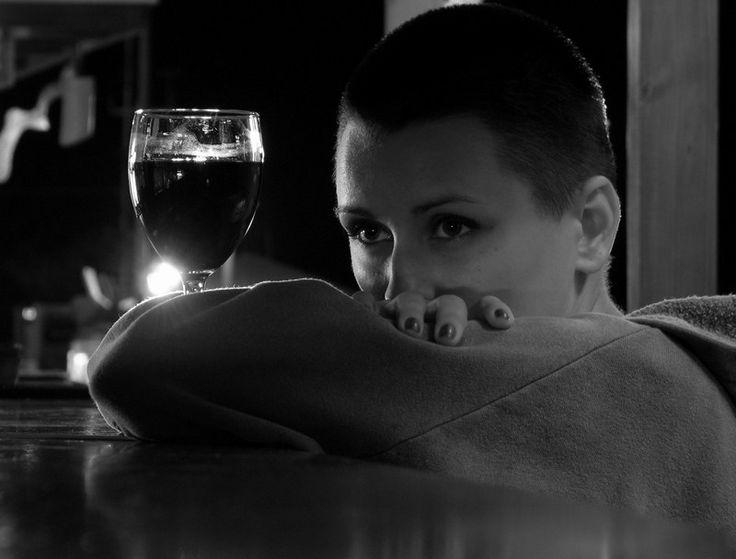 Пустота  Современная жизнь диктует правила съема, Скоро забудешь мораль и молиться Всевышнему, Во время своего триумфального, крутого подъема,  Потеряешь многих, сотрешь и выкинешь лишних! Может и счастье: в пустой квартире пить виски, Может и горе, что не с кем поделиться счастьем, А где же те люди, что были такими близкими?  И где же то время, что было таким прекрасным? Наверное, жизнь не сложилась, как добрая сказка, elozinskaya.ru #Стихотворение #стихиожизни #стихипрожизнь #стихиолюбви