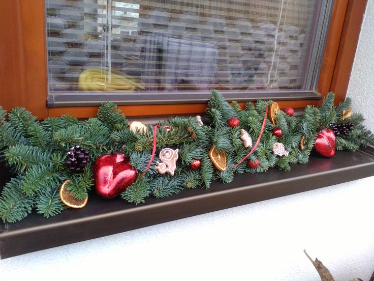 Christmas decorations with oranges and gingerbreads.