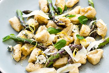 Fresh gnocchi with blue cheese and asparagus