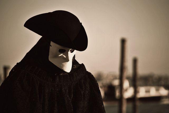A #Carnevale, prima ancora del fenomeno della Commedia dell'Arte, il #travestimento che andava più di #moda a #Venezia era la #bauta.
