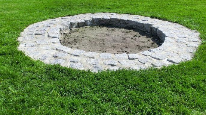 Beschreibung Ich wollte eine Feuerstelle errichten, um die herum man ohne Probleme den Rasen mähen kann und man abends gemütlich sitzen kann um zu grillen oder Stockbrot zu backen.  Ich habe ein altes Mini-Trampolin umgekehrt auf den Boden gelegt, um so einen exakten Durchmesser zu haben. Dann habe ...