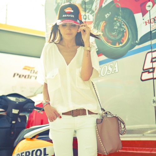 #AlexandraPereira, fashion blogger from #LovelyPepa, was in Jerez to attend the MotoGP and for the occasion wore a total #GasJeans look: white jeans, the season must-have, and a thin white shirt. A perfect ensemble for the hottest days.