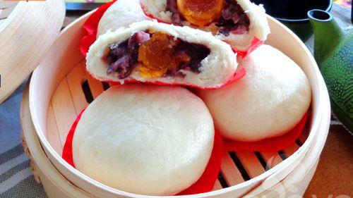 Cách làm món bánh bao nhân đậu đỏ trứng muối siêu hấp dẫn - http://congthucmonngon.com/180718/banh-bao-nhan-dau-do-trung-muoi-sieu-hap-dan.html