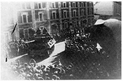 """Liberation of Valenciennes, France  """"The Rat Race"""". Sept. 1-2, 1944. M10 Tank Destroyer of the 2nd Armored Division in St. Amand just NE of Valenciennes. The 2nd AD covered the left flank of the US 30th Division. Libération de Valenciennes, France. """"The Rat Race"""". 1 au 2 sept, 1944. M10 Tank Destroyer de la 2ème Division Blindée à Saint-Amand juste au NE de Valenciennes. L'AD couverte au 2ème le flanc gauche de la 30e Division US."""
