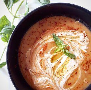 Soupe de poivrons rouges et chou-fleur rôtis 4 poivrons rouges 1 tête de chou-fleur 1 litre de bouillon de légumes 1 oignon 3 gousses d'ail 1 cuillère à soupe de basilic 2 cuillères à soupe d'huile d'olive 1 cuillère à café de thym 1 cuillère à soupe de paprika doux Sel, Poivre du moulin En option pour le topping : 2cuillères à soupede crème de soja, 2 cuillères à souped'huile d'olive, 1 cuillères à café de piment d'Espelette