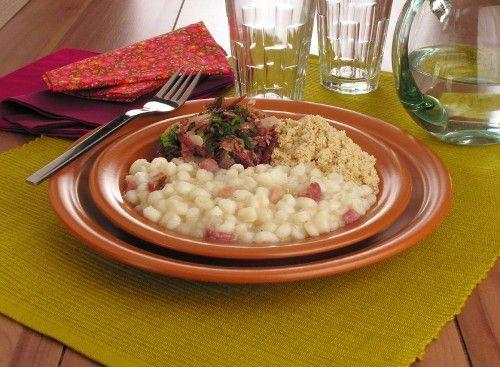 Tempo: 1h (+2h de molho)Rendimento: 6Dificuldade: fácil Ingredientes: 2 xícaras (chá) de canjica de milho branco 1 folha de louro 100g de bacon em cubos pequenos 1 cebola pequena em cubos 1 dente de alho picado Sal e pimenta-do-reino a gosto Carne-seca: 2 colheres (sopa) de manteiga 2 cebolas médias fatiadas 2 xícaras (chá) de […]