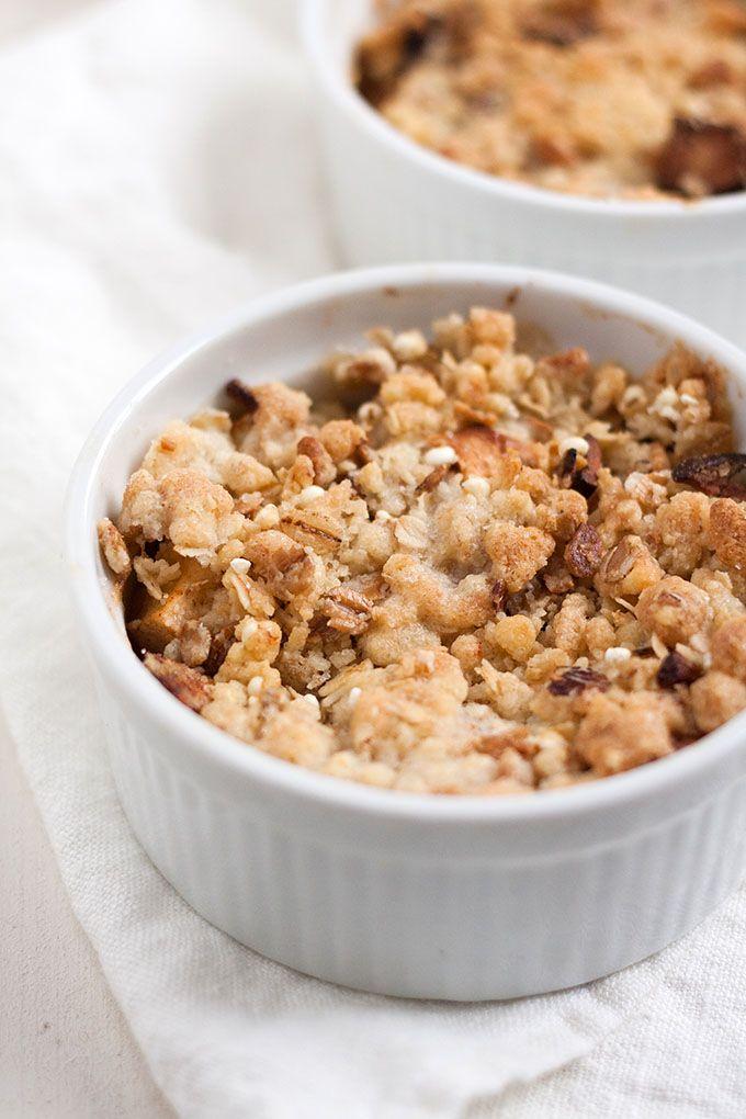 Einfacher Apple Crumble mit dicken, warmen Apfelstücken und buttrigen Knusperstreuseln. Für dieses Dessert brauchst du nur 7 Zutaten und 30 Minuten Zeit.
