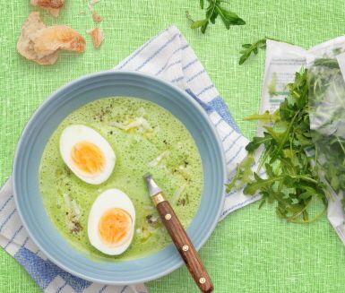 En grön och god soppa fulladdad med vitaminer och antioxidanter. Du gör den snabbt och enkelt genom att först steka ingredienserna och sedan mixa dem med en vanlig stavmixer. Servera med riven parmesan, kokta ägghalvor och en bit färskt bröd.