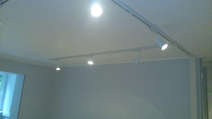 Использование аналогичной конструкции для освещения комнаты. Используются софиты (светильники) с разной шириной пучка света (направленный и рассеянный).