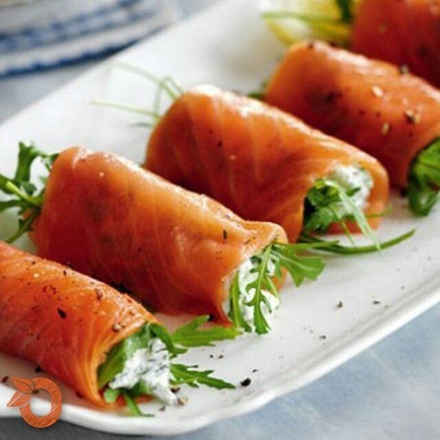 O salmão é um peixe rico em ômega 3, excelente para a saúde. Este aperitivo é de fácil preparo e fica uma delícia para servir aos seus convidados com um pãozinho ou simplesmente degustá-los puros! (y)  Você vai precisar de 4 colheres de sopa de queijo cottage, 1 colher de chá de suco de limão, 2 colheres de sopa de endro bem picado, pimenta do reino moída, 16 tiras de salmão defumado e 75 g de rúcula.  Junte o queijo cottage, o suco de limão e o endro picado em uma tigela. Tempere com…