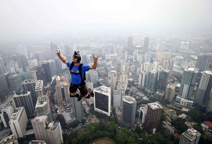 Le base jump est une des disciplines les plus risquées. Il y a d'ailleurs eu récemment plusieurs accidents mortels. Le dernier a eu lieu le ...